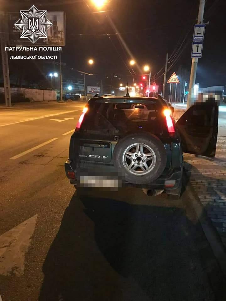 Львівські патрульні зупинили Honda CR-V з 14-річною дівчиною за кермом: фото