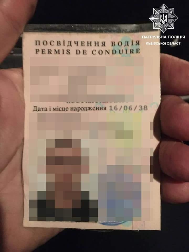 П'яний львівський таксист їздив з водійським посвідченням батька, який помер 12 років тому: фото