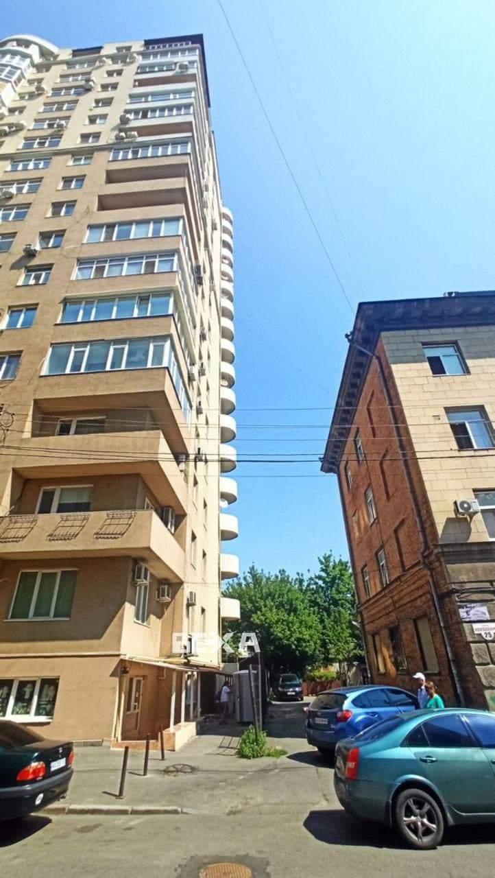Жінка стрибнула з 7 поверху в Харкові