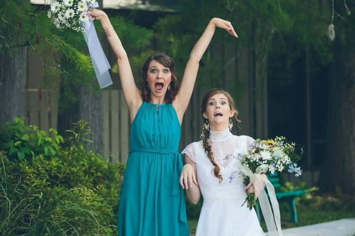 Невеста и ее подруга играют очень странную сцену