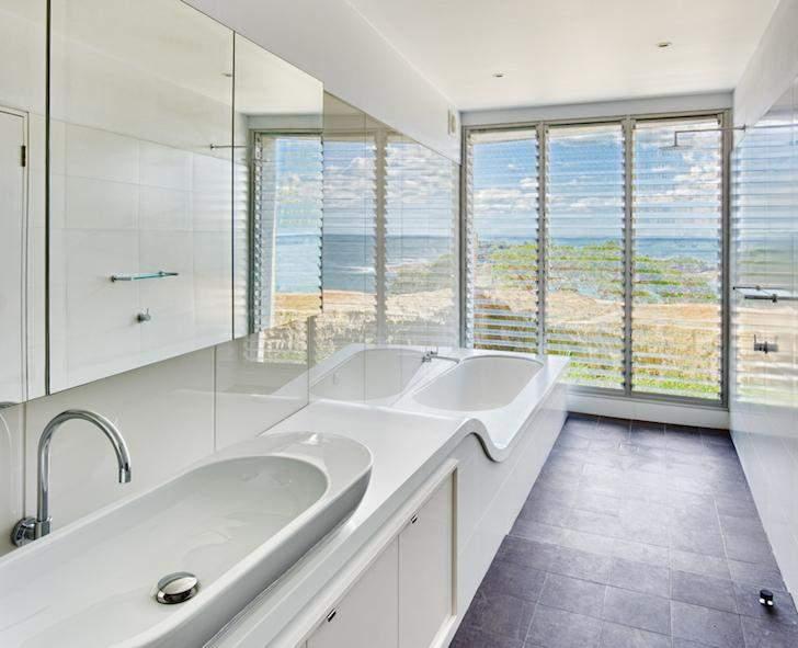 Даже в ванной комнате сделали панорамные окна