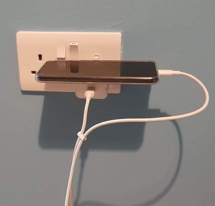 Как заряжать телефон, ежели форуме столика или стула, куда бы его можно было поставить