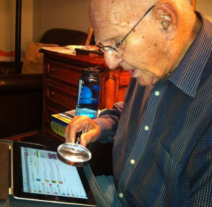 Як мій дідусь читає щось на планшеті