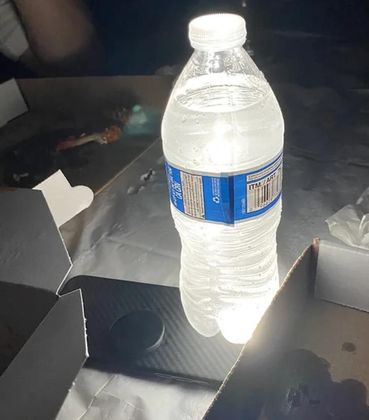 В походе положите бутылку с водой этаж фонарика в телефоне для эффекта фонаря.