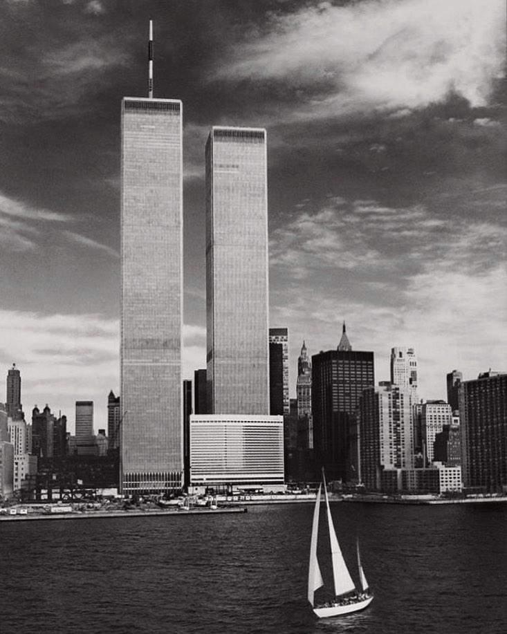 Вежі-близнюки до теракту 11 вересня 2001 року