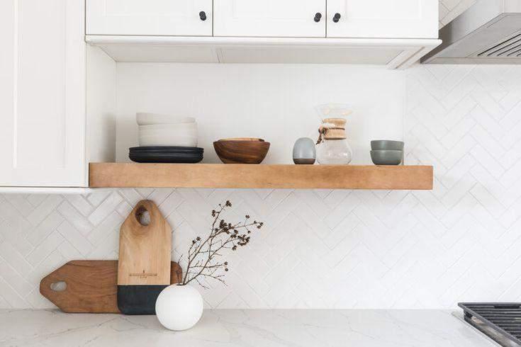 Як оформити відкриті полиці в кухні