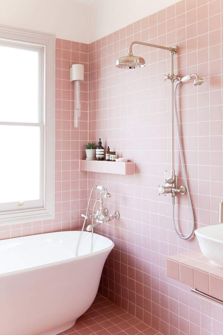 Рожева плитка для ванни