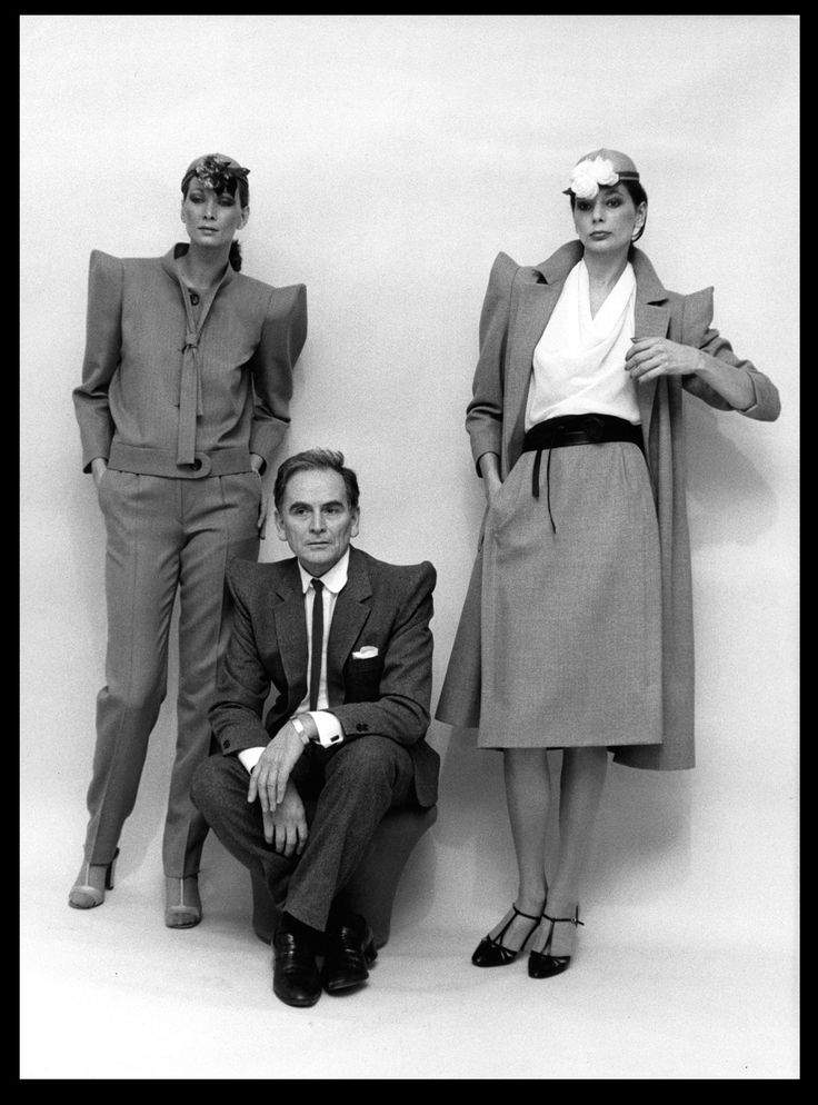 П'єр Карден зі своєю колекцією одягу на моделях