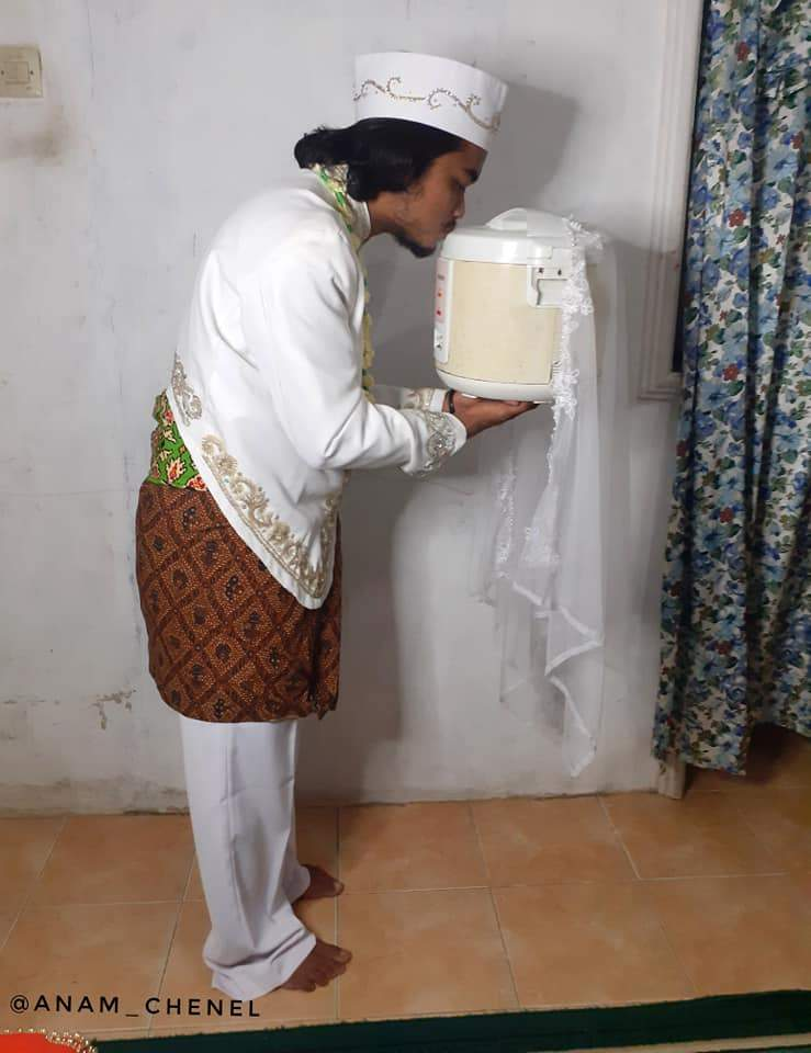 Індонезієць одружився з рисоваркою