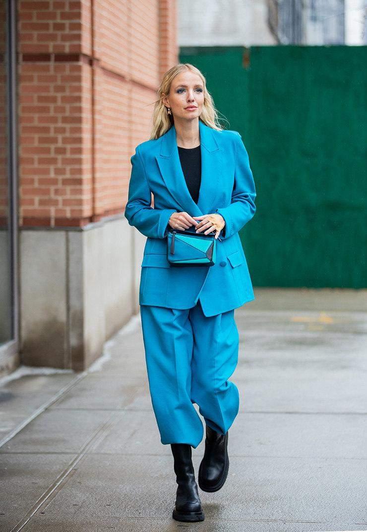 Леоні Ганне вчить носити голубий колір