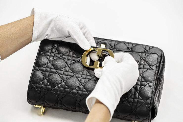 Сумка Dior Caro – нова бездоганна модель знаменитого бренду / Harper's Bazaar