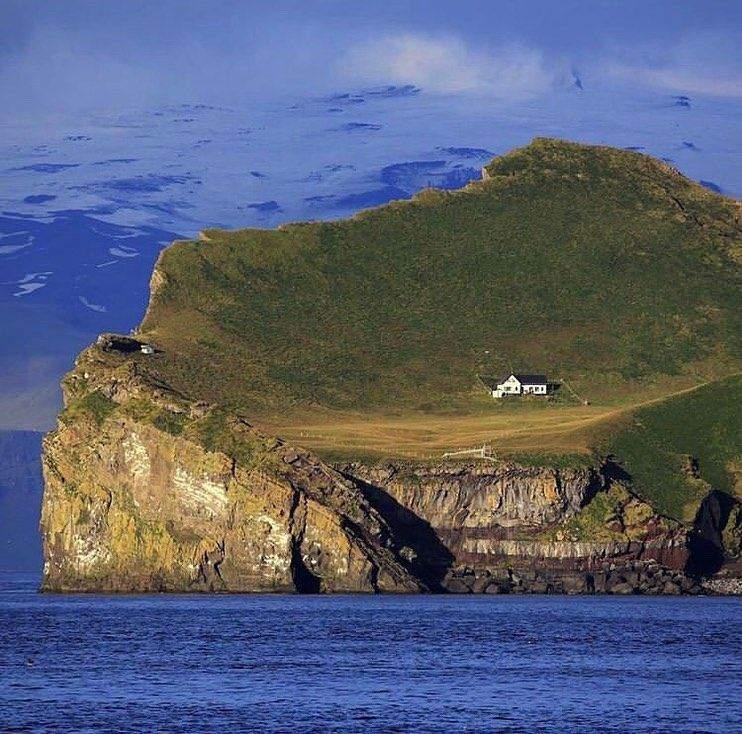 Мальовничий острів із прекрасним будиночком / Фото Odditycentral