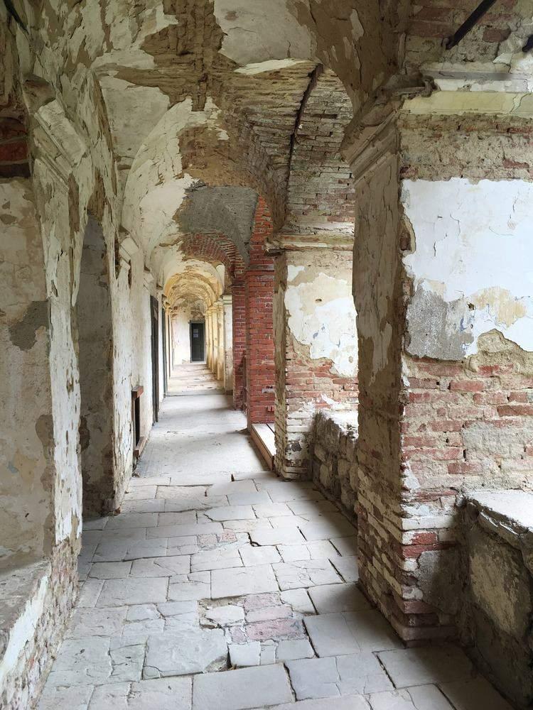 Такий вигляд мають частини замку без реставрації
