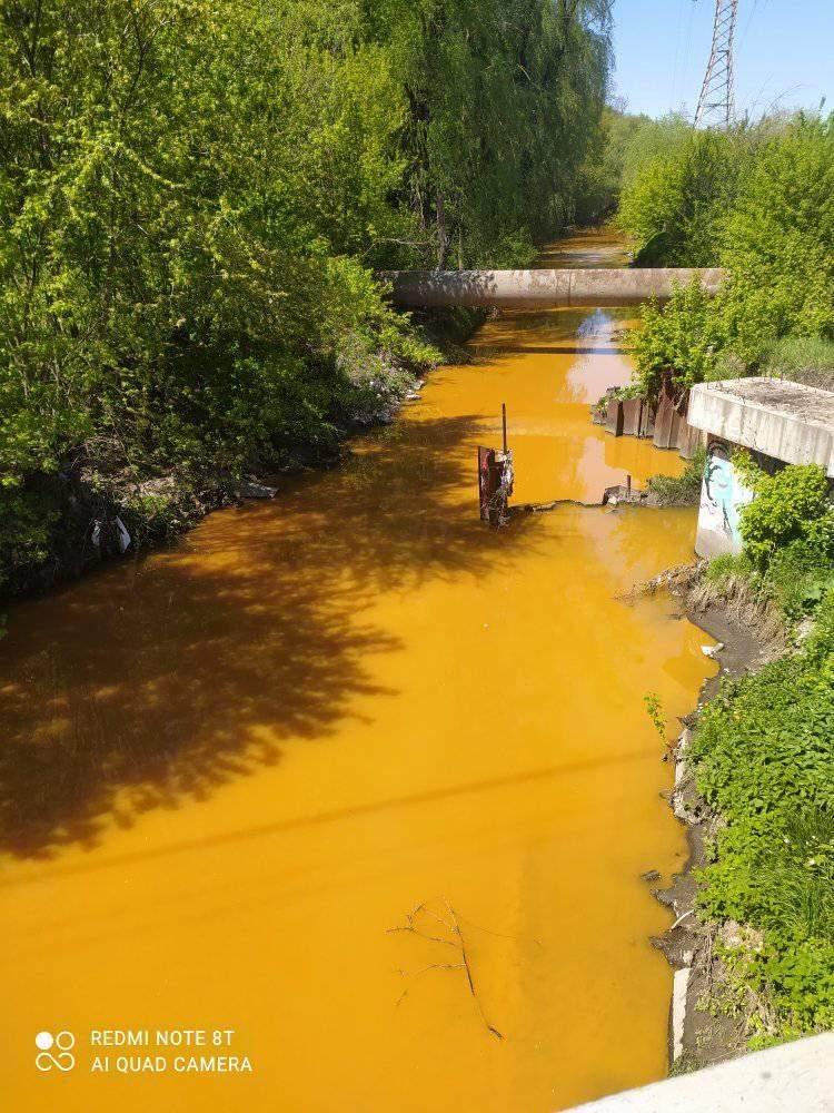 У Києві річка Либідь стала жовтою