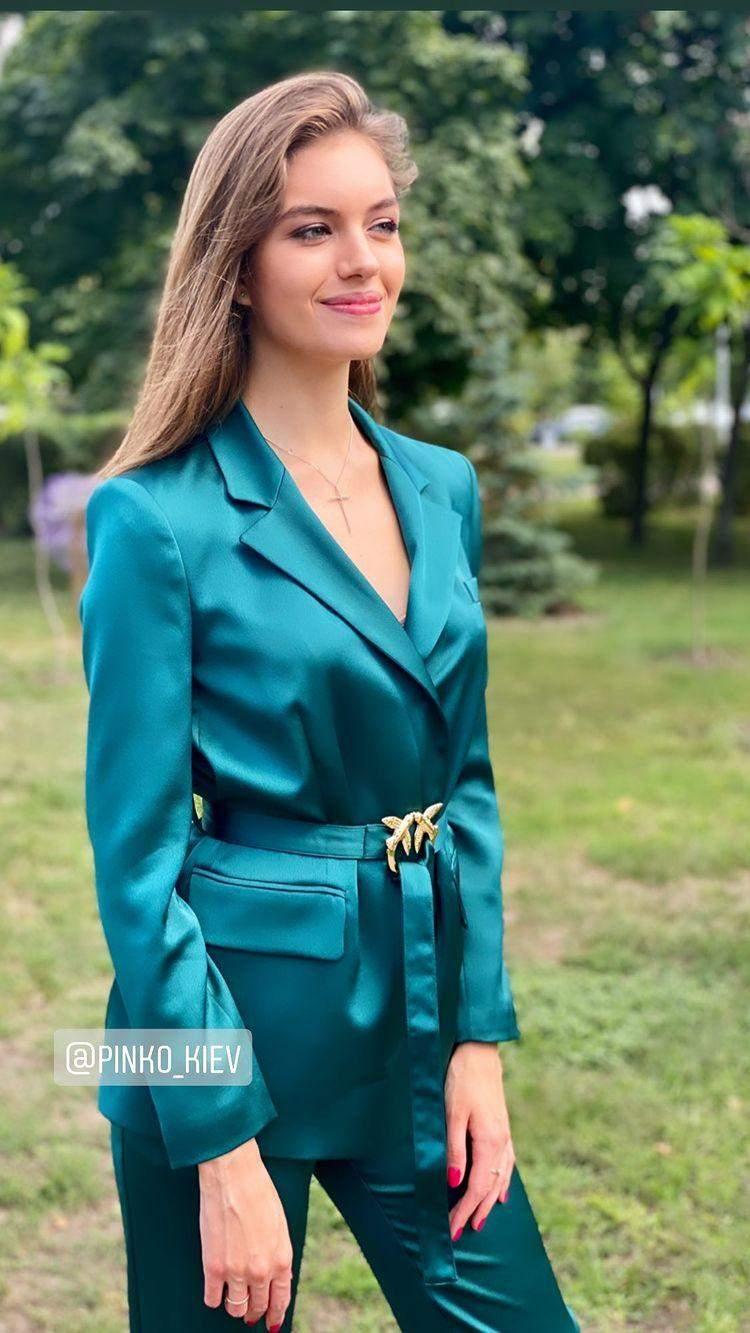 Олександра Кучеренко в костюмі за 23 тисячі гривень