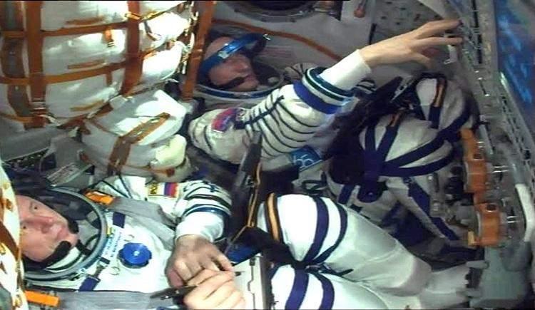 Космонавти всередині космічного корабля перед стартом
