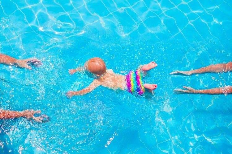 Новорожденные имеют хорошие плавательные рефлексы