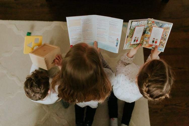 Діти читають книги