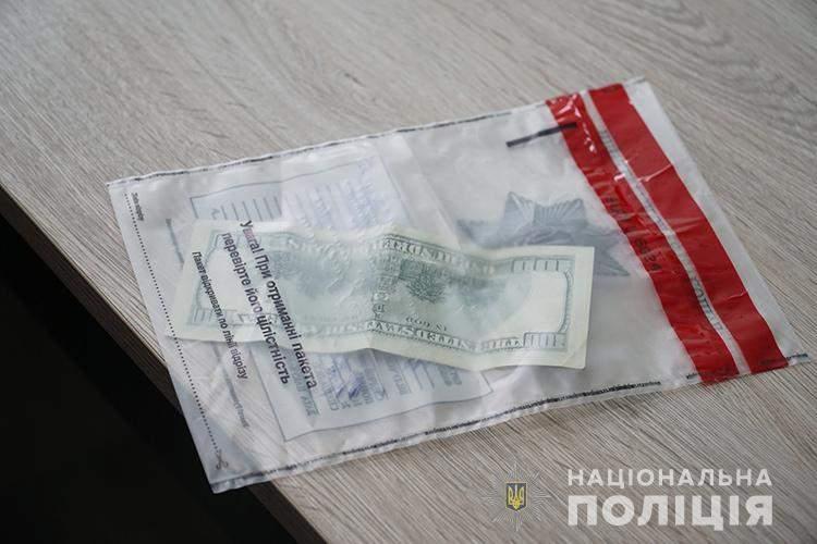 Хотіла працювати у Тернополі: львівська повія намагалась дати 500 доларів хабаря поліцейському