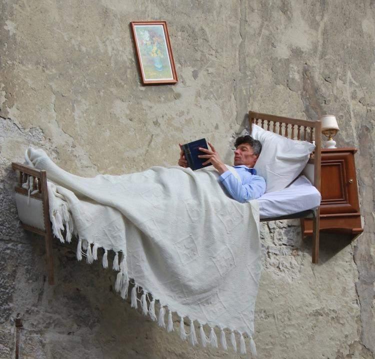 Тьеррі Мандон лежить в ліжку