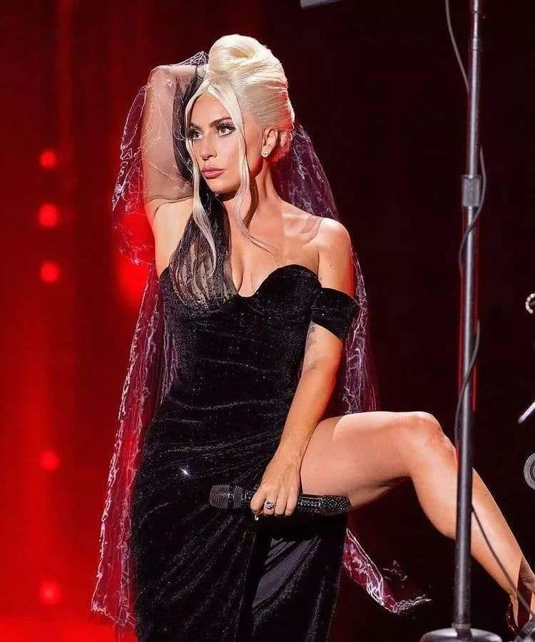 Леді Гага в розкішній сукні на презентації власного альбому