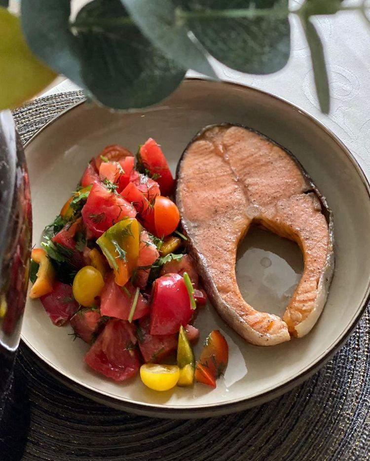 Червона риба з овочевим салатом