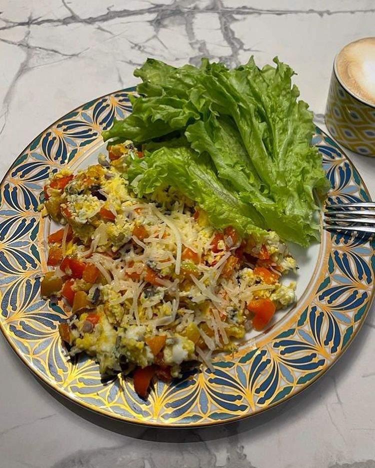 Яєчня з овочами і сиром