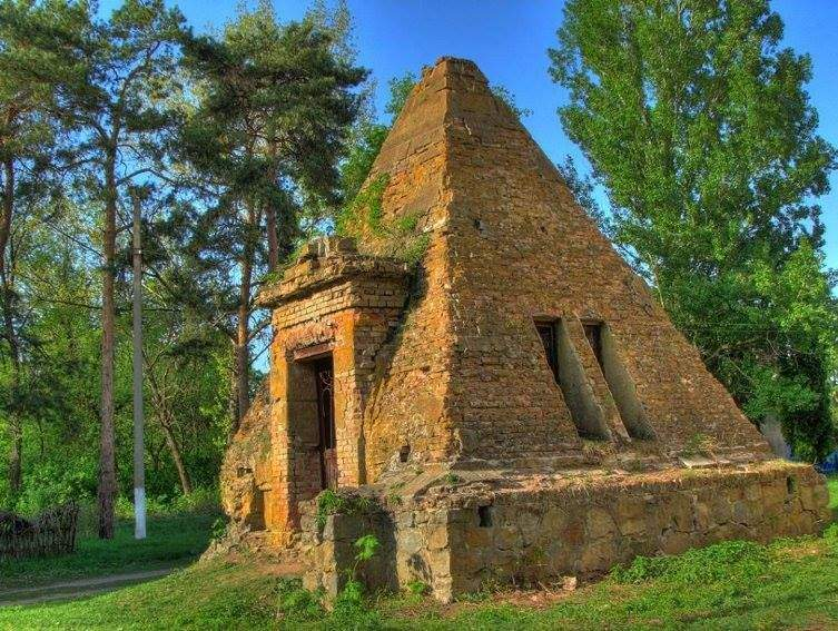 Піраміда-усипальниця Закревських на Полтавщині
