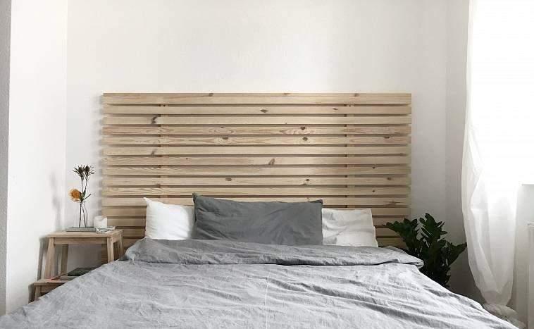 Изголовье кровати можно перевернуть и повесить одежду