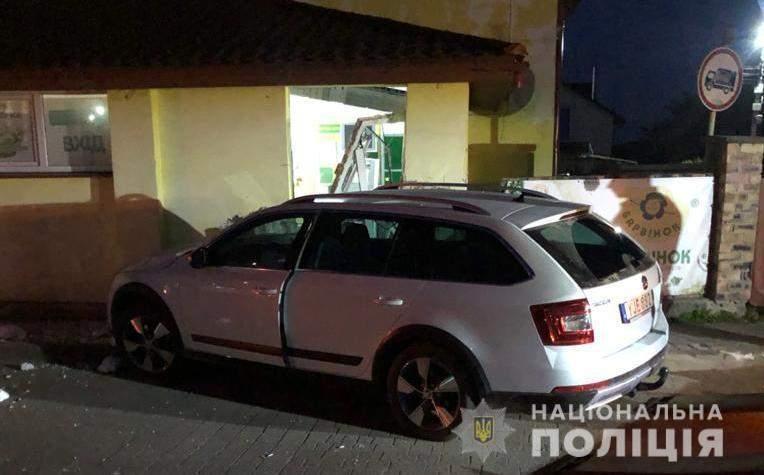 Втікав від поліції: на Львівщині п'яний водій вщент розніс стіну та двері супермаркету – фото