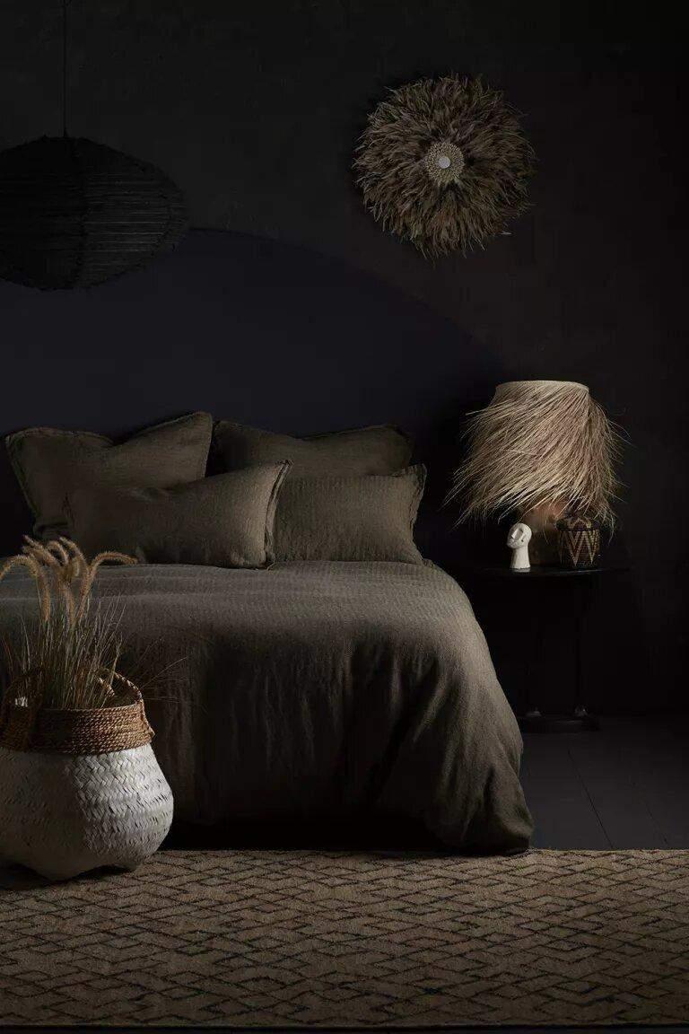 Чорний колір створює затишок у спальні
