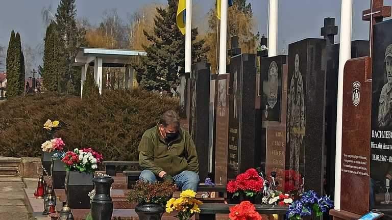 Юрій Мамчій на могилі синів