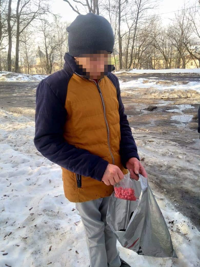 Вилучили 104 згортки наркотиків: у Львові затримали наркодилера – фото