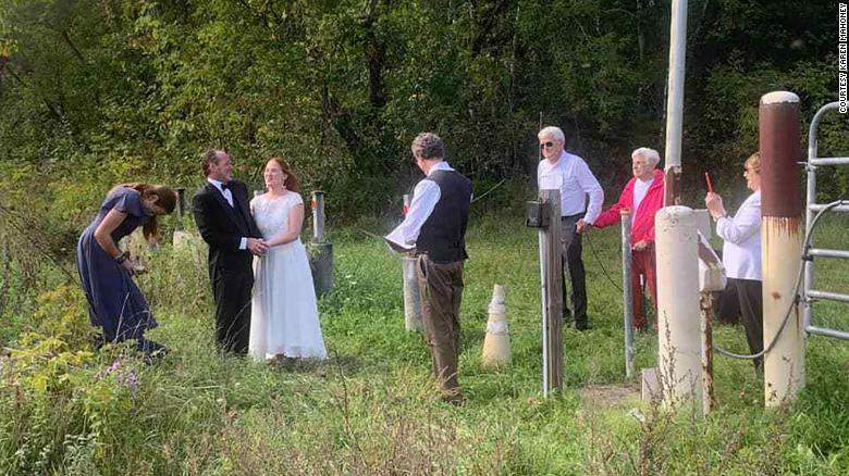 Під час церемонії рідня стояла по різні боки кордону