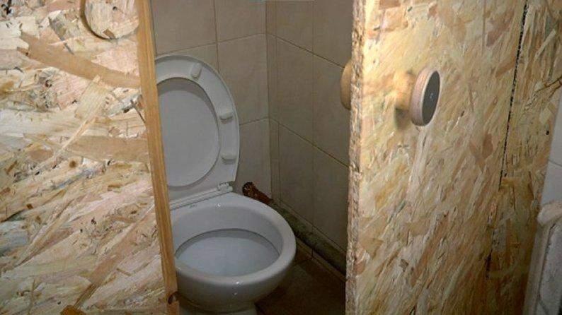 Хлопці підглядають за дівчатами: у Червонограді школярі змушені ходити в туалети без дверей