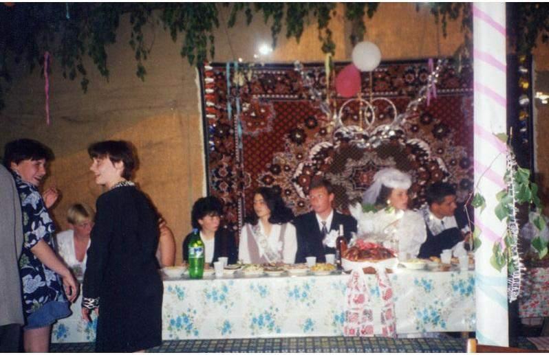 Так выглядел внутри свадебный шалаш, установленный во дворе