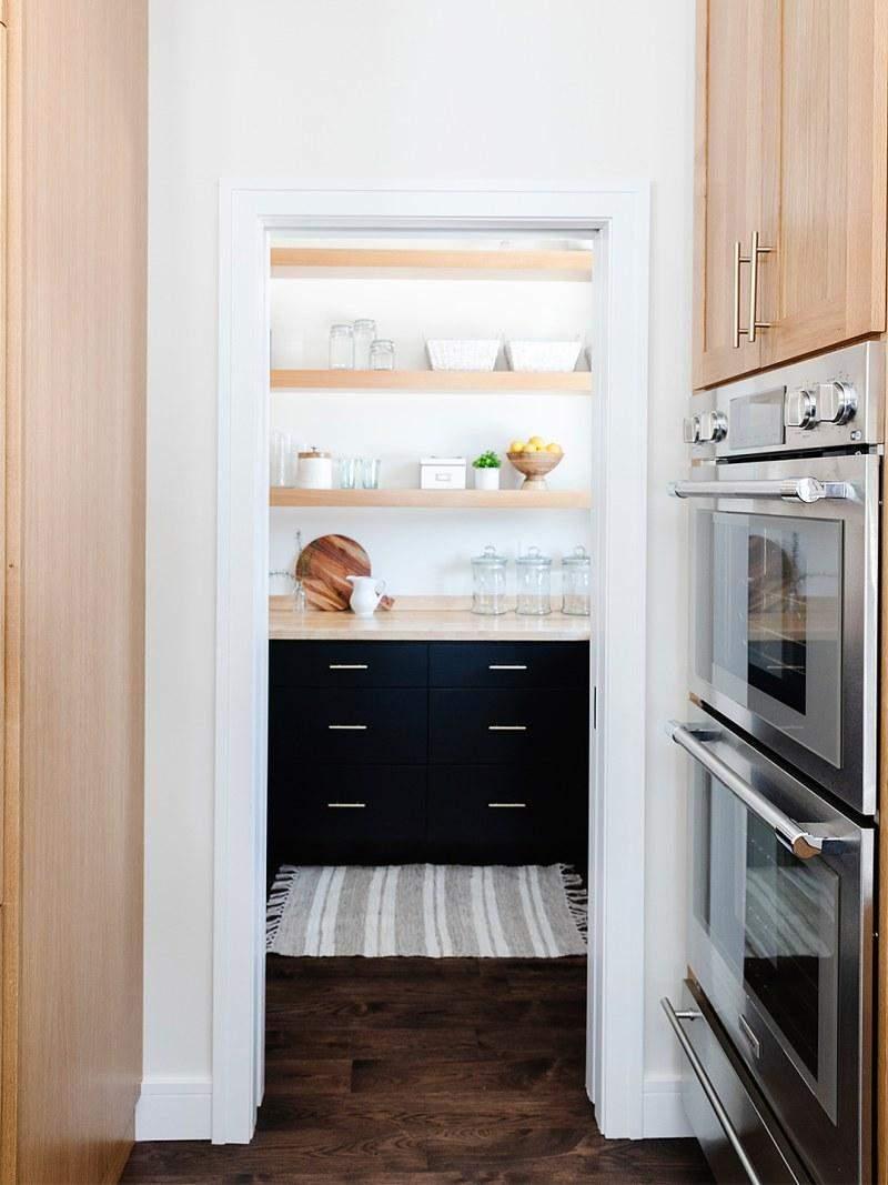 Відкриті полиці на невеликих кухнях