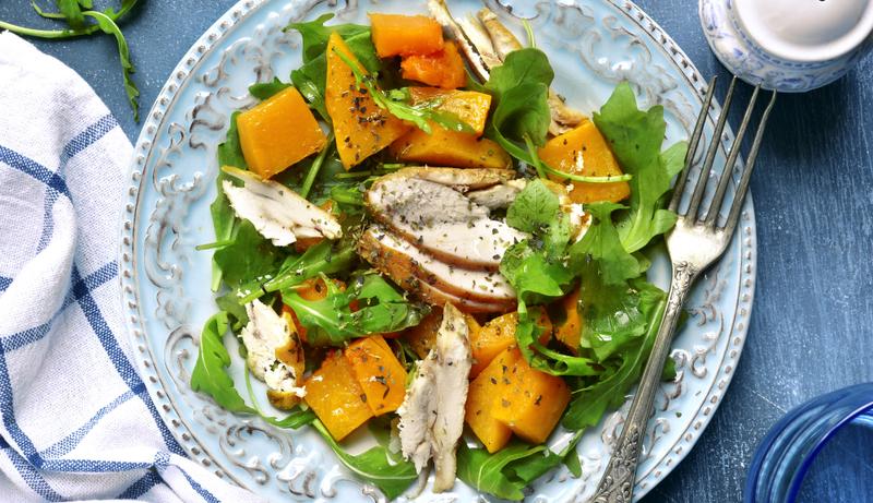 Теплий салат з куркою-гриль і халумі