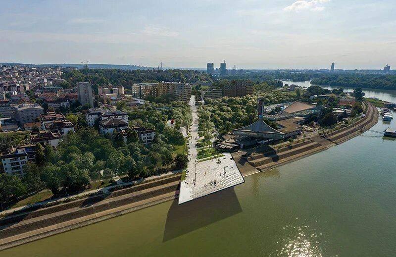 Сцена над річкою / Фото Designboom
