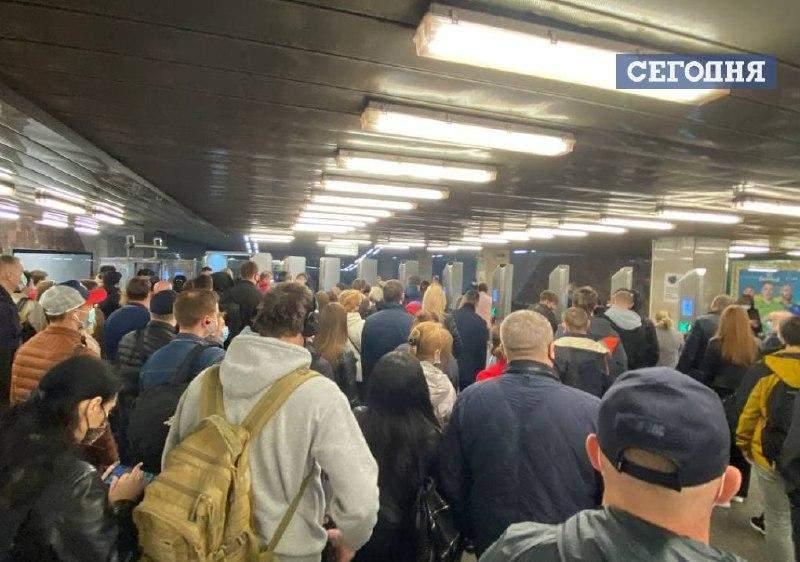 У метро Києва з'явились черги