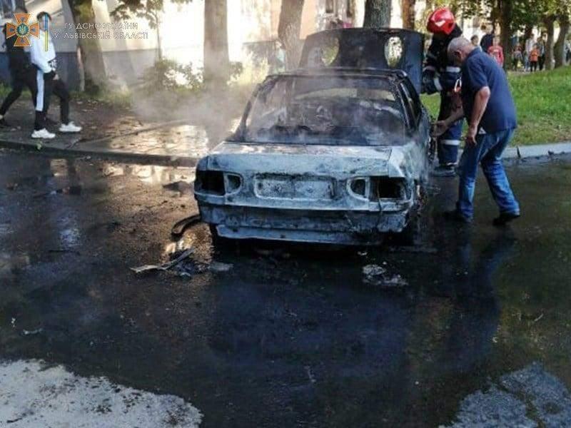 Лишився лише кузов: у Львові посеред дороги вщент згоріло авто