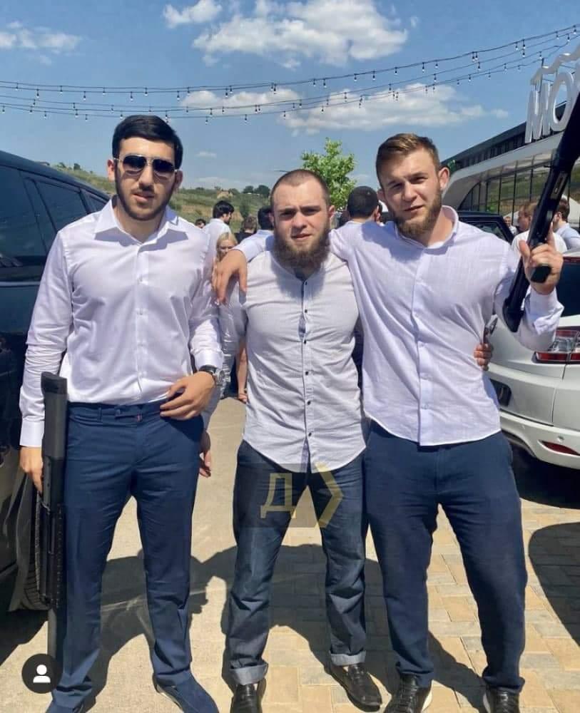 Чеченці біля ресторану