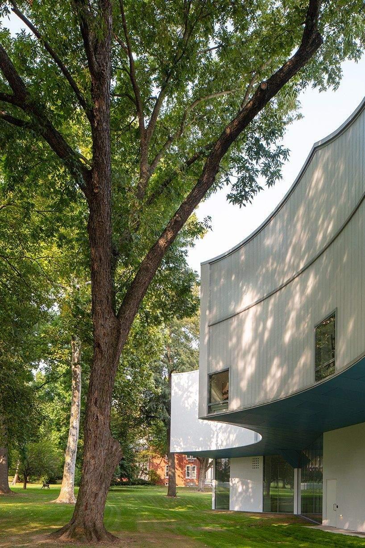 Завдяки геомеотричній формі будівлі вдалося зберегти природній ландшафт  / Фото Archello