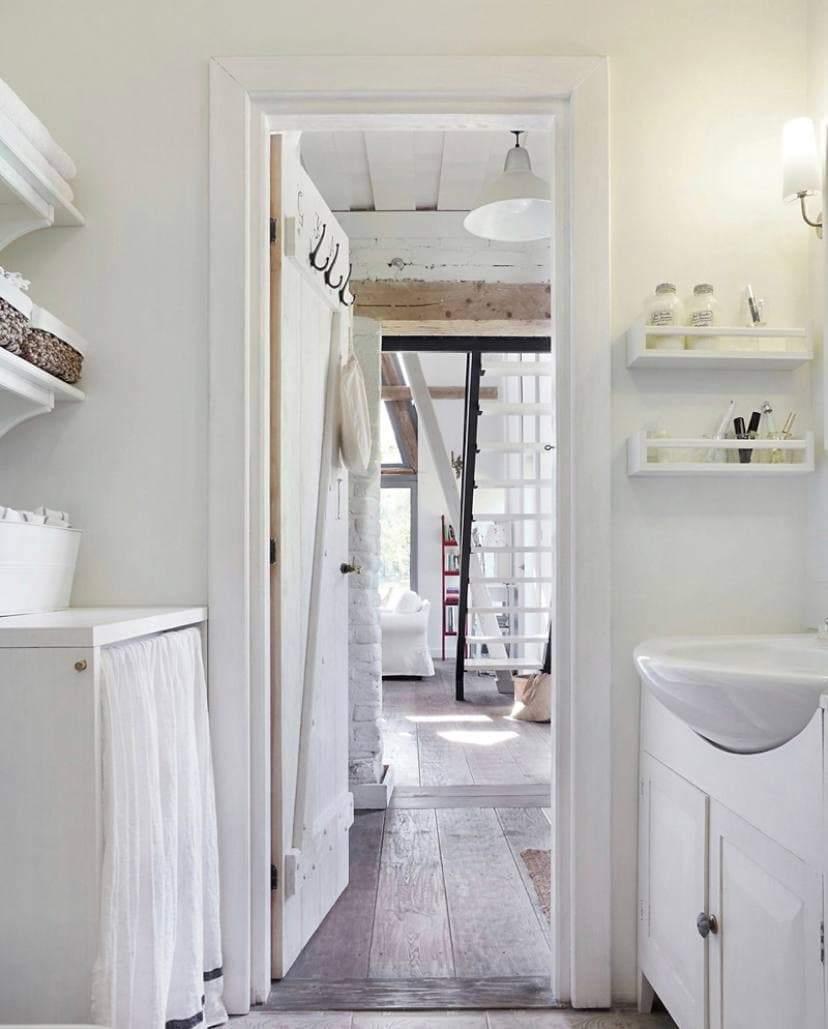 Белая мебель в ванной комнате