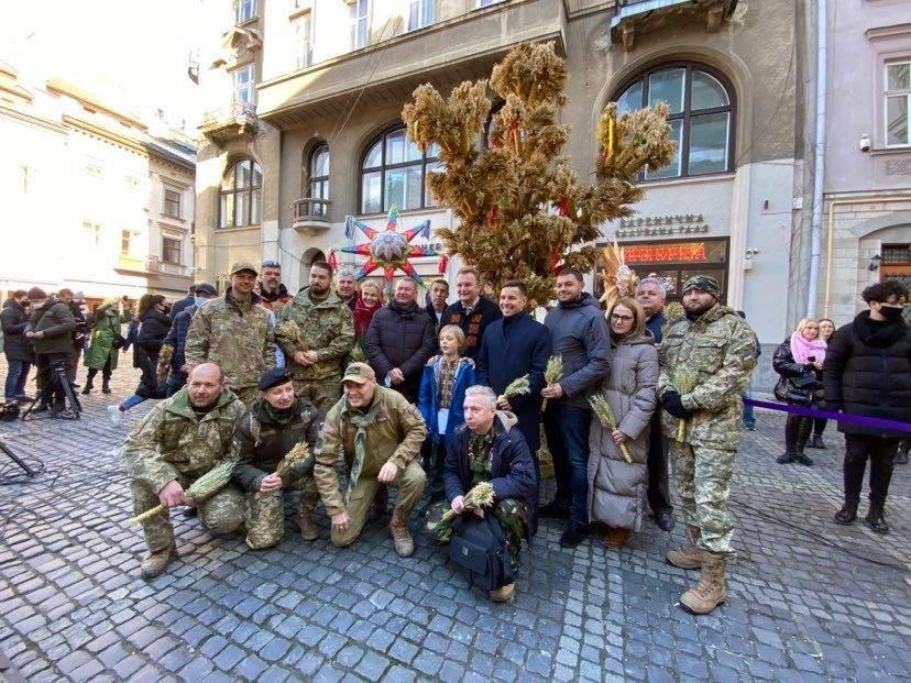 У Львові встановили 4-метрового різдвяного Дідуха: фото
