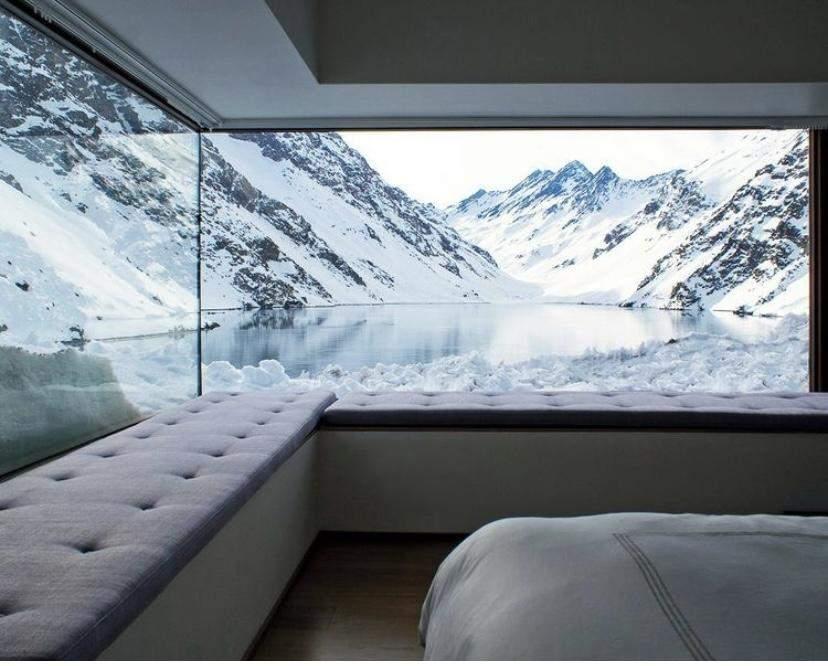 Диваны у панорамных окон для того, чтобы любоваться озером