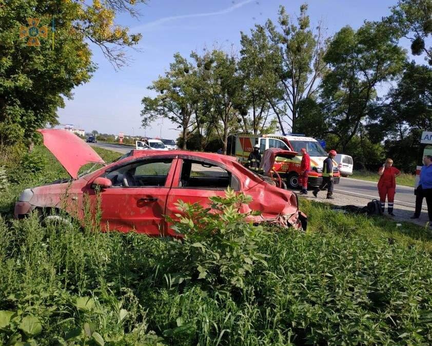 На Львівщині Chevrolet вилетів у кювет і перекинувся: фото з місця аварії