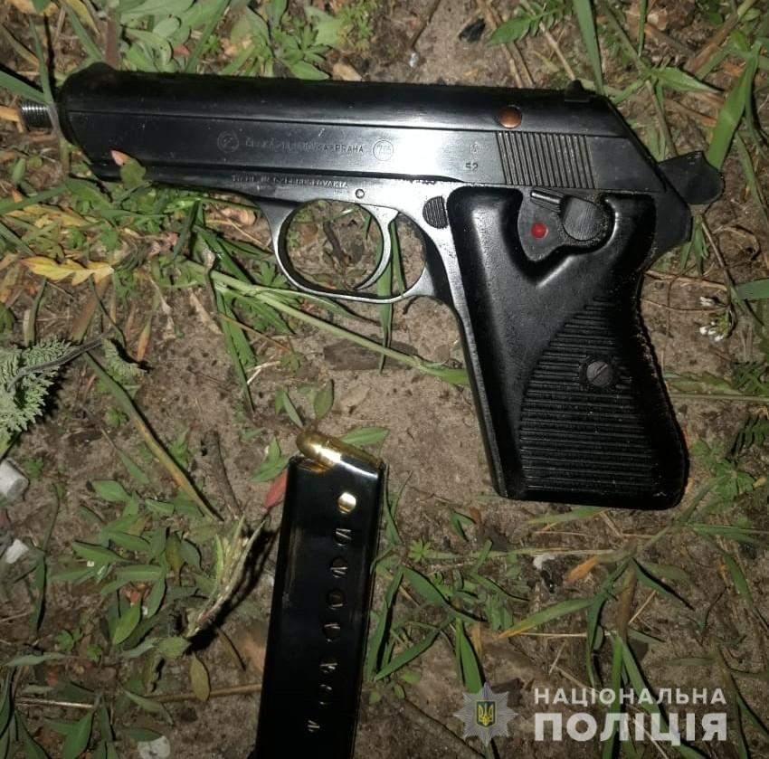 Скерував на поліцейських пістолет: у Соснівці чоловік влаштував стрілянину на вулиці – фото