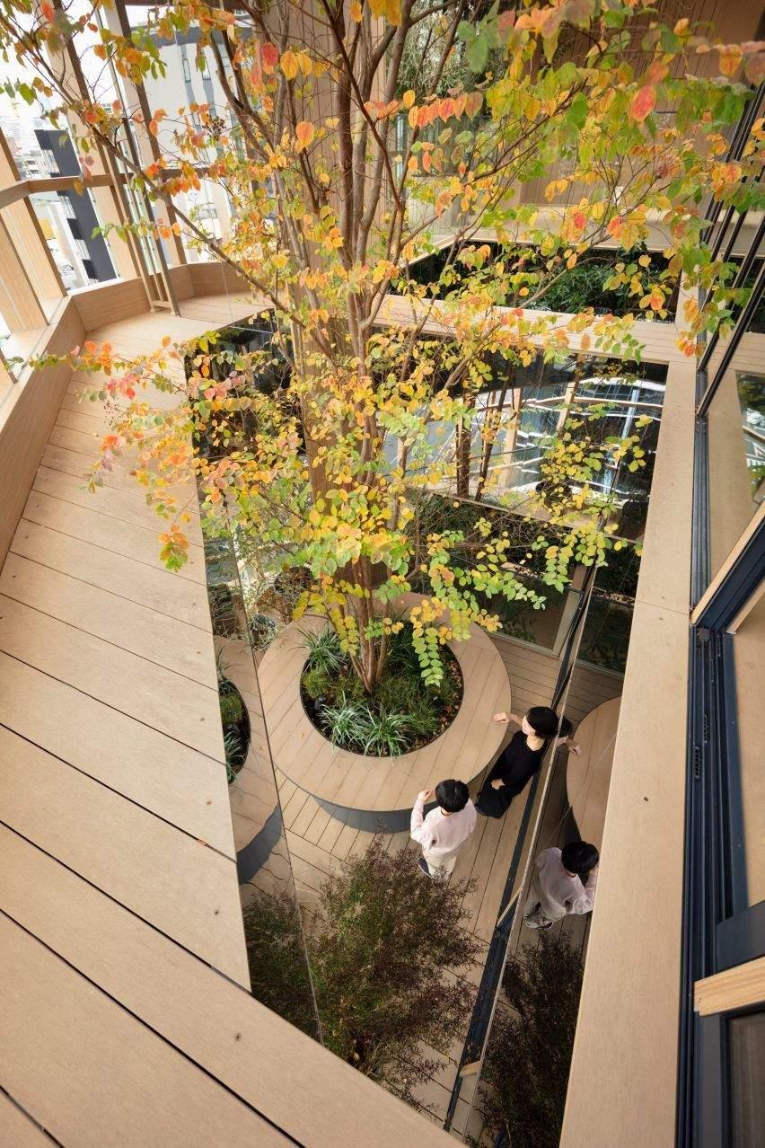 Офіс в Японії з рослинами на балконах