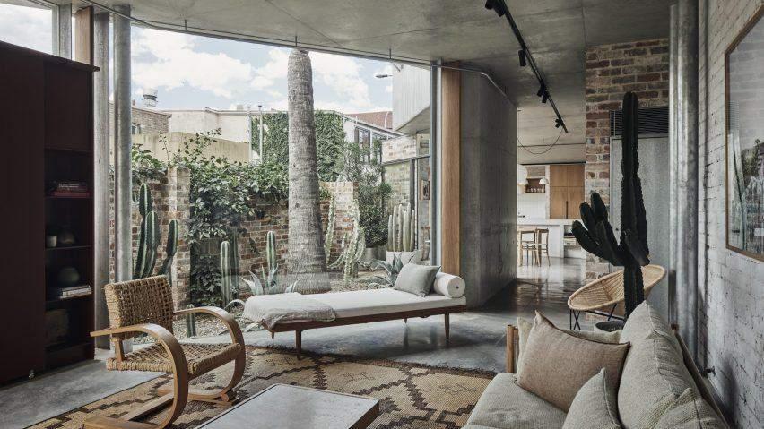 Скляні стіни з'єднують будинок з садом